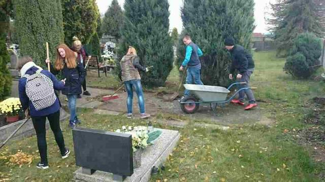 Prace porządkowe na cmentarzu parafialnym