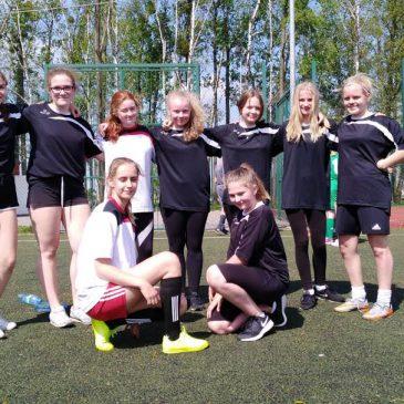 Dziewczyny starszych klas awansowały do półfinału powiatu w piłce nożnej